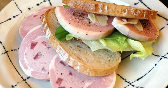 アンティパストハムのサンドイッチ