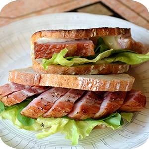 厚切りベーコンのサンドイッチ