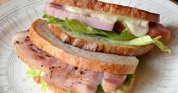 厚切りロースハムのサンドイッチ