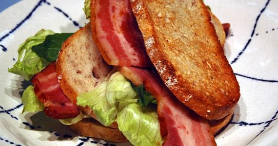 炭火焼ベーコンのサンドイッチ