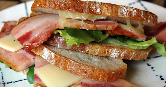 ベーコンとチーズのサンドイッチ