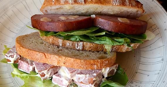 ボローニャソーセージのサンドイッチ
