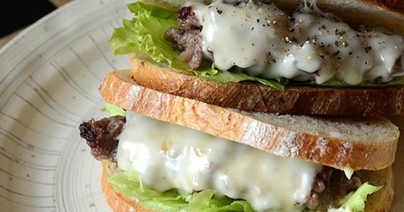 飛騨牛100%チーズバーグのサンドイッチ