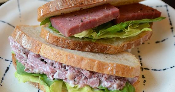 絶品コンビーフのサンドイッチ