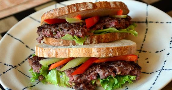 飛騨牛100%ハンバーグのサンドイッチ