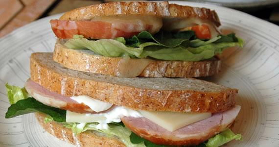 ロースハムとチーズのサンドイッチ
