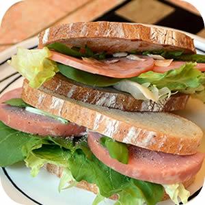 ロースハムとルッコラのサンドイッチ
