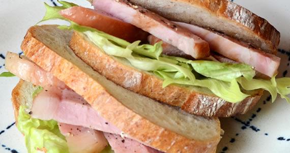 カットハムステーキのサンドイッチ