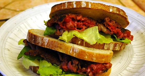 飛騨牛乱切り肉ソテーのサンドイッチ