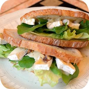 カマンベールチーズとルッコラのサンドイッチ