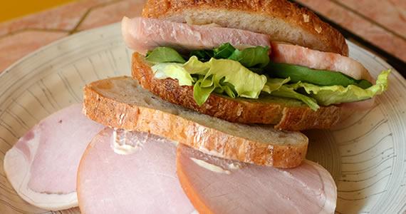香味野菜ハムのサンドイッチ