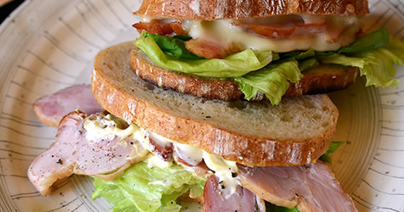 燻製チキンのサンドイッチ(もも肉)