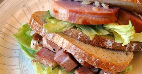 黒豚もも肉を使った田舎風ハムのサンドイッチ