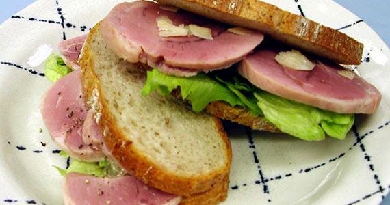 黒豚すね肉を香味野菜で煮込んだハムのサンドイッチ