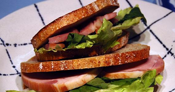 炭火焼ロースハムのサンドイッチ