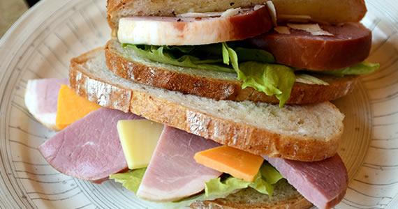 ジューシーまるハムのサンドイッチ