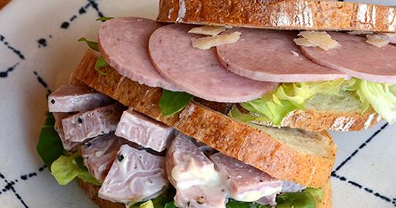 ポークソーセージのサンドイッチ