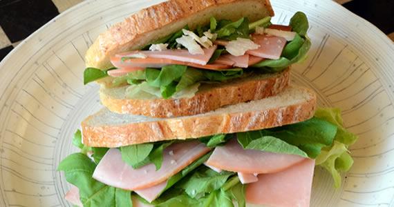 ルッコラとハムのサンドイッチ
