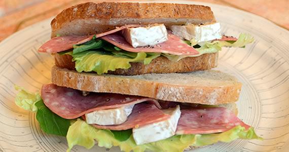 サラミとチーズのサンドイッチ