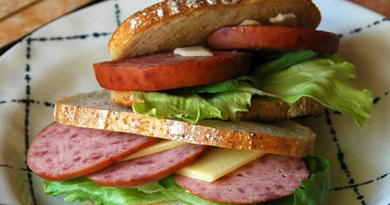 炭火焼ソーセージのサンドイッチ