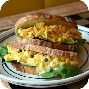 特製スクランブルエッグのサンドイッチ