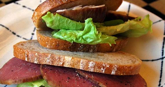 霜降りスモークビーフハムのサンドイッチ