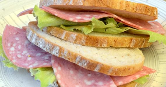 ソフトサラミのサンドイッチ