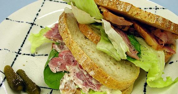 特製スペアリブ燻製のサンドイッチ
