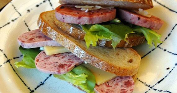 スパイシーソーセージのサンドイッチ