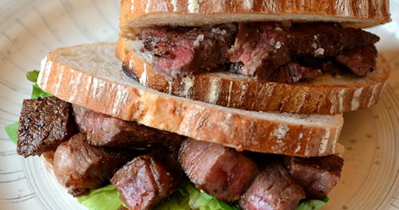 飛騨牛赤身ステーキのサンドイッチ