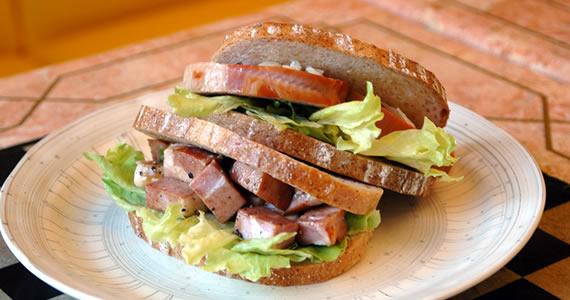 ホワイトロースハムのサンドイッチ